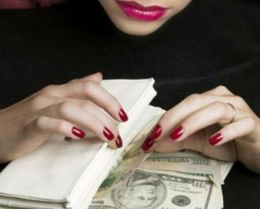 В Киеве опытная мошенница обокрала бизнесмена, будучи в розыске