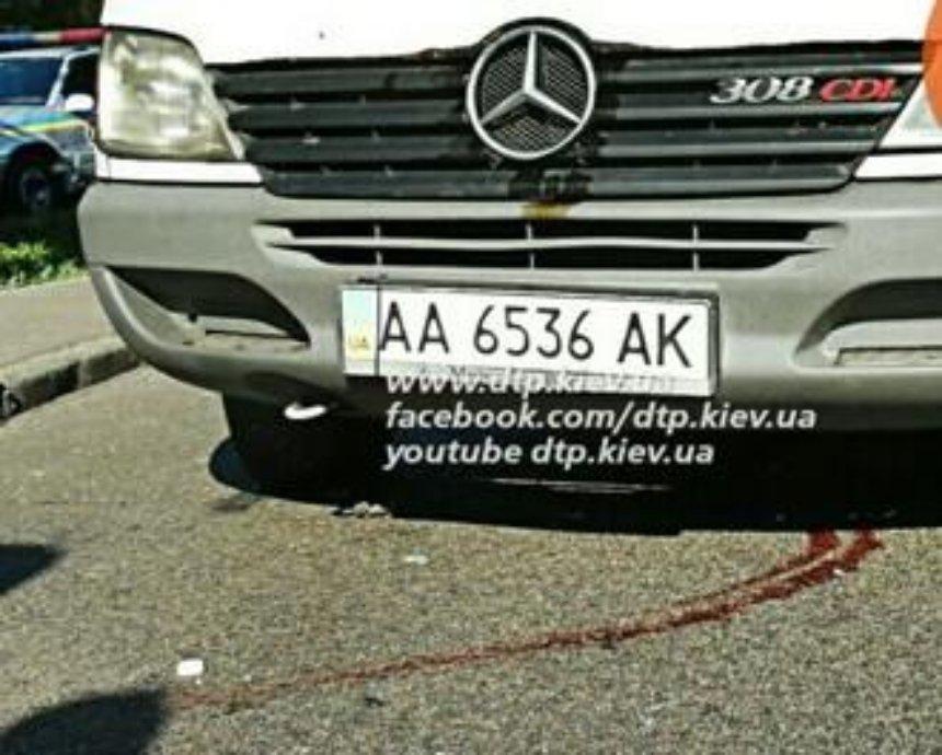 На Житомирской трассе пешеход-нарушитель попал под три машины сразу (фото)