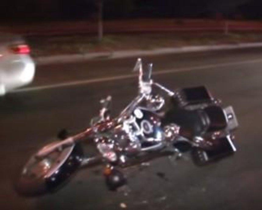 В Киеве под колесами мотоцикла погибла пенсионерка (видео)