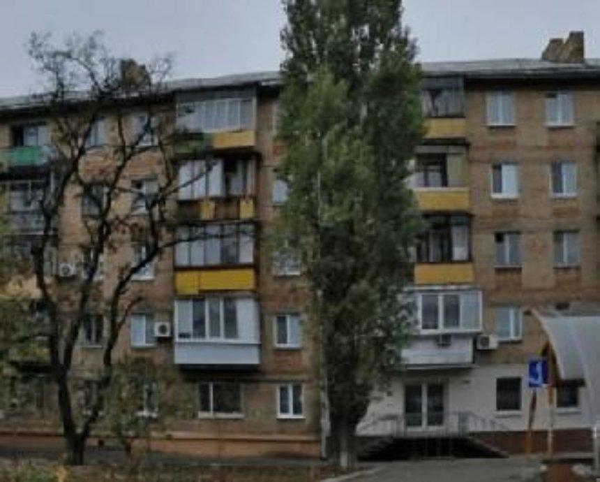 В Киеве тополь упал на балкон многоэтажки и травмировал мужчину