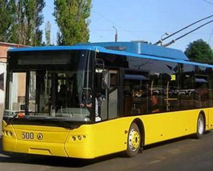 В Киеве автомобиль врезался в троллейбус и загорелся