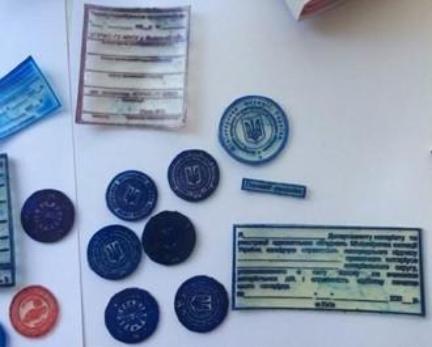В Киеве накрыли подпольную типографию с фальшивыми паспортами (фото, видео)