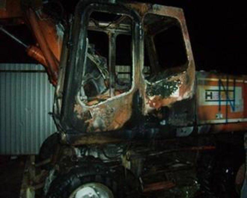 На стройке в Киеве неизвестные подожгли экскаватор