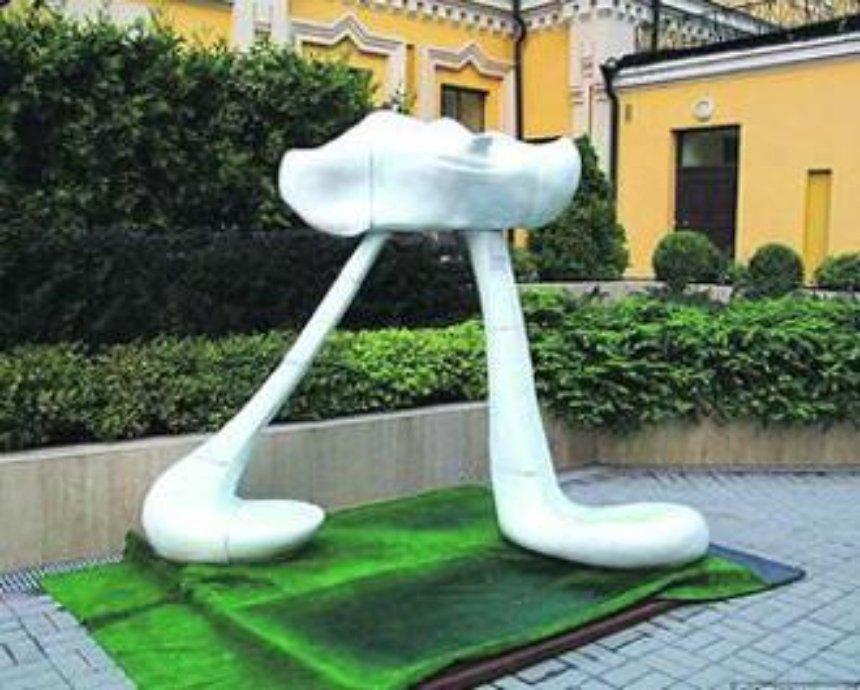 В центре столицы появилась двухметровая скульптура облака (фото)