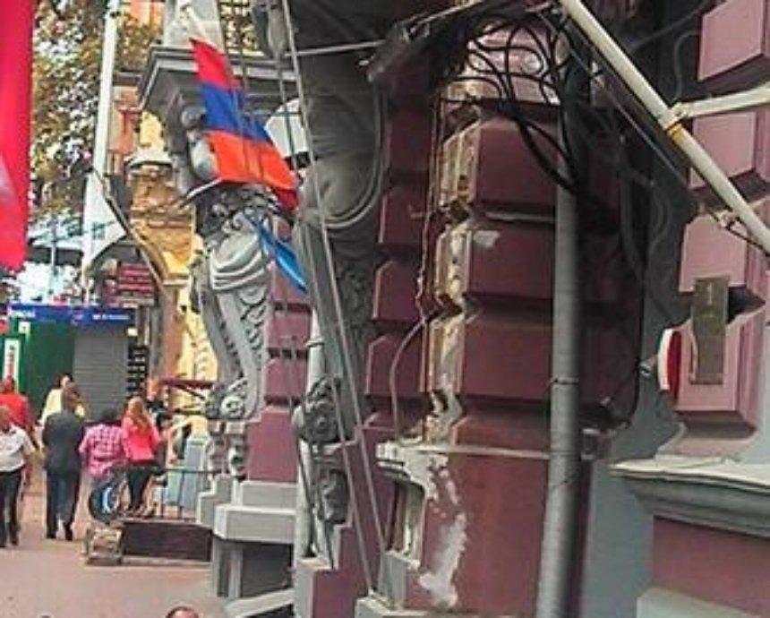 В Киеве с фасада исторического дома убрали атлантов (фото)