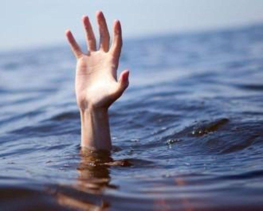 В столице мужчина попытался переплыть озеро и утонул