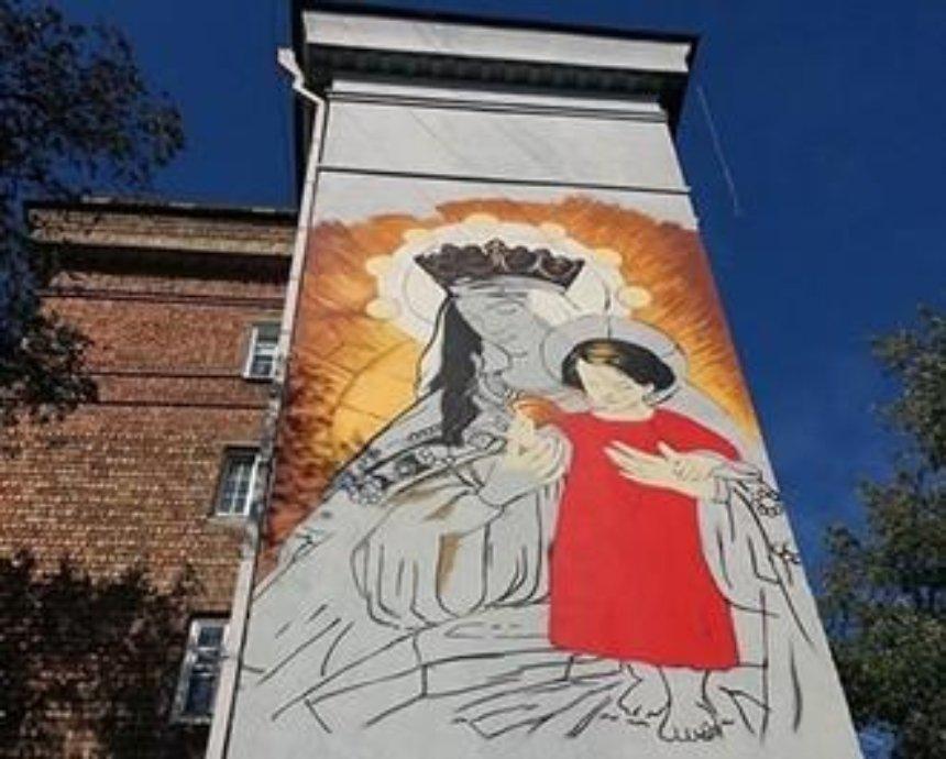 На одной из главных улиц Киева появилась гигантская Дева Мария (фото)