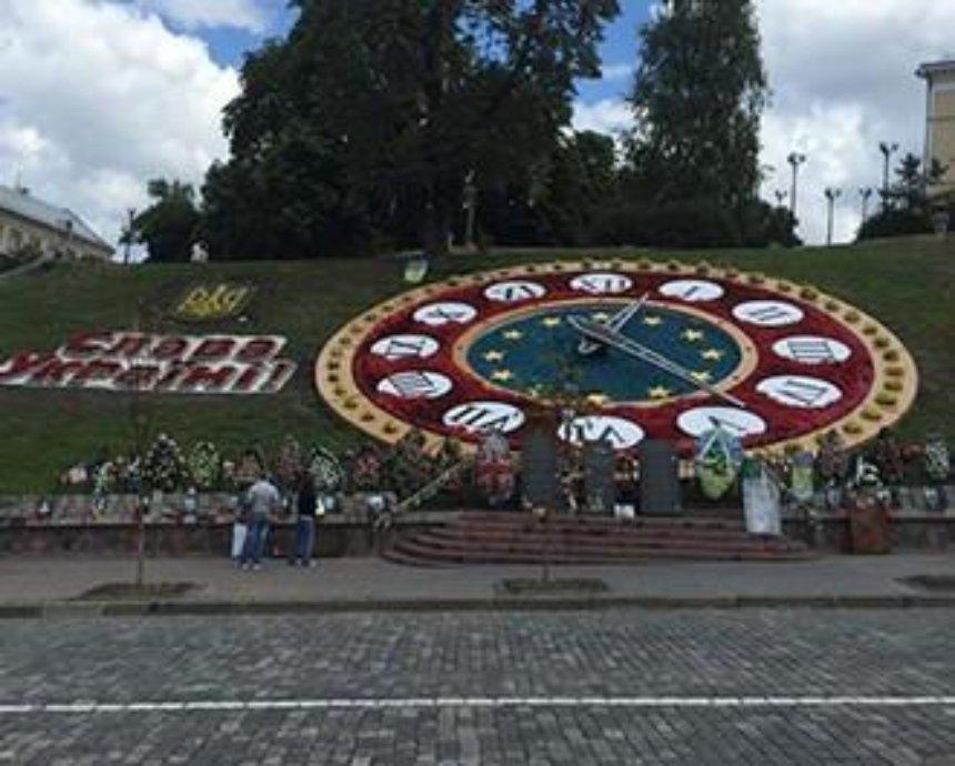 На аллее Небесной Сотни открыли цветочную композицию (фото)