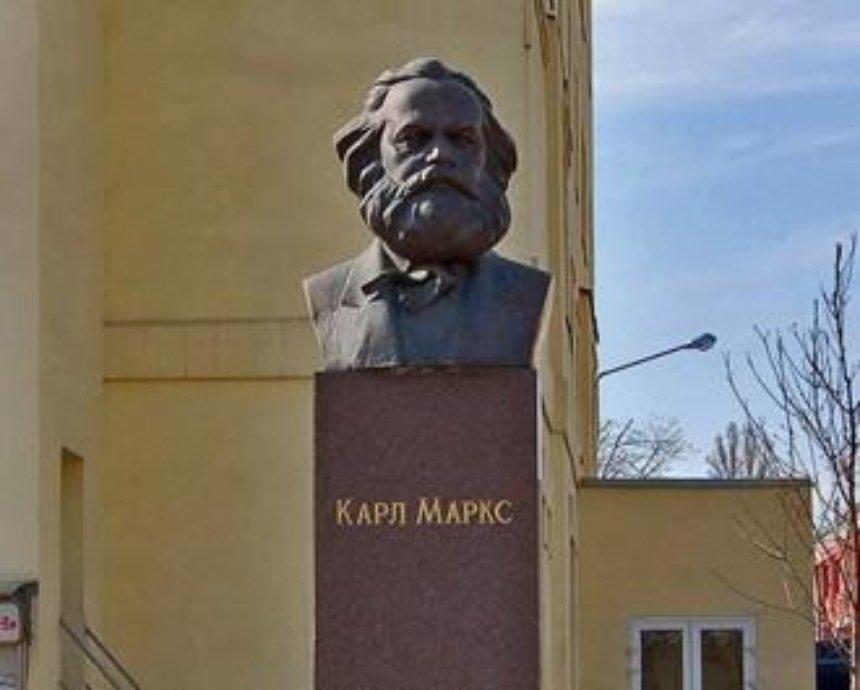 В соцсети разгорелся спор вокруг бюста Карла Маркса