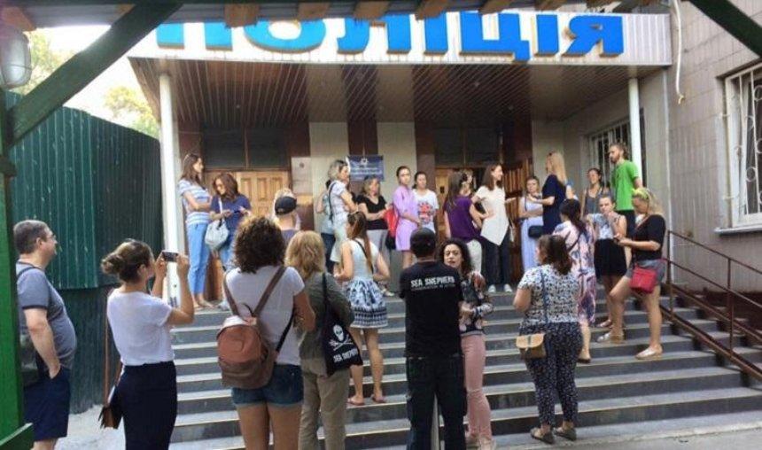 В Святошинском районе зоозащитники пикетировали отдел полиции (фото)