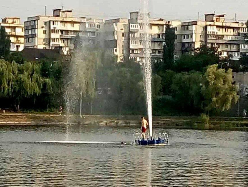 Смертельно опасно: киевлянам запретили купаться в плавающих фонтанах (фото)
