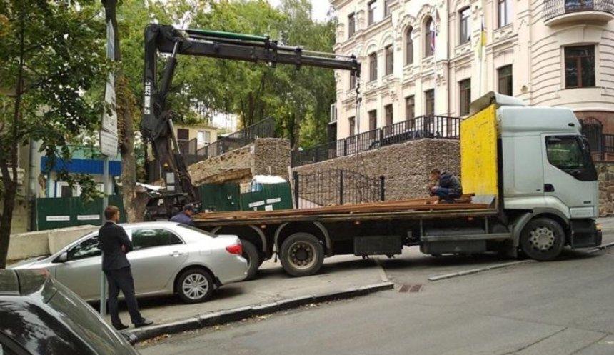 """""""Ви всі скоро здохнете"""": на Круглоуніверситетській відновилася незаконна забудова (фото)"""
