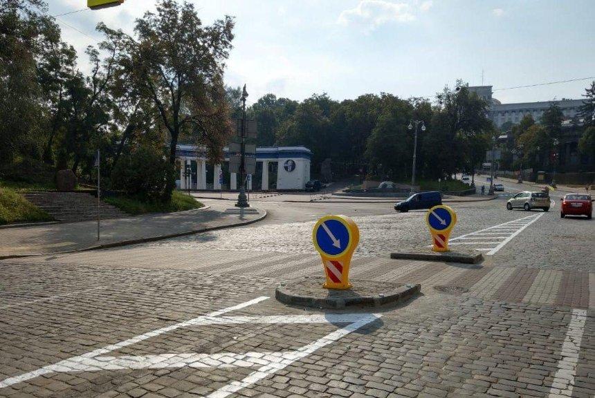 На участке Грушевского с интенсивным движением появился островок безопасности (фото)