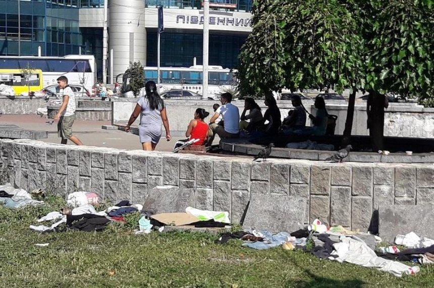 Киевляне жалуются на бродяг возле Южного вокзала (фото)