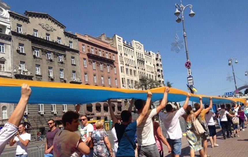 В центре столицы развернули 400-метровый флаг Украины (фото)