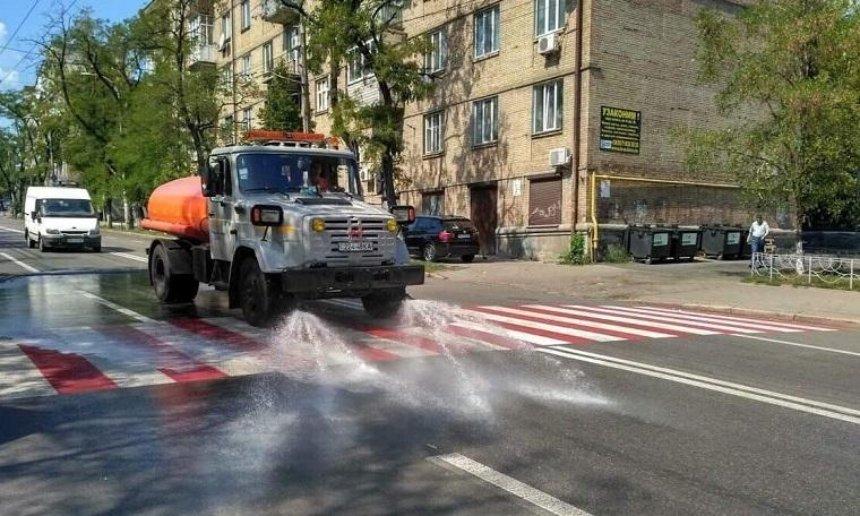 Коммунальщики показали, как борются с жарой в Киеве (видео)