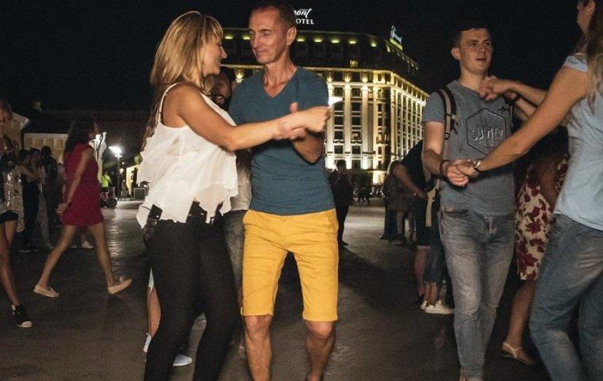 На Почтовой площади станцевали сотни пар (фото, видео)