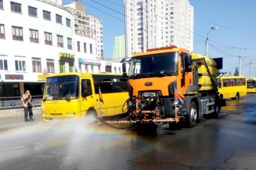 Из-за жары на улицы Киева вывели полсотни поливомоечных машин