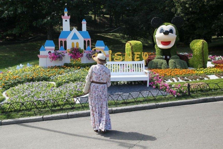 На Певческом поле открыли выставку цветов «Мульт-ленд»: как она выглядит