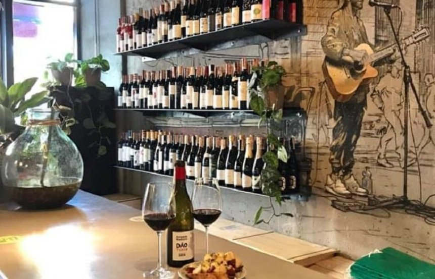 На Бессарабке открылся винный магазин-бар