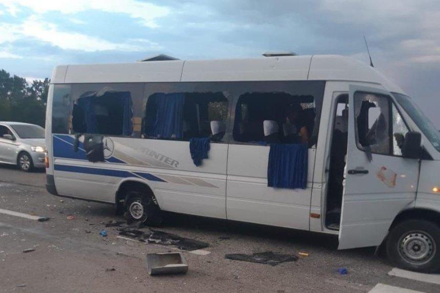 На трассе Киев – Харьков обстреляли автобус с людьми, есть раненные