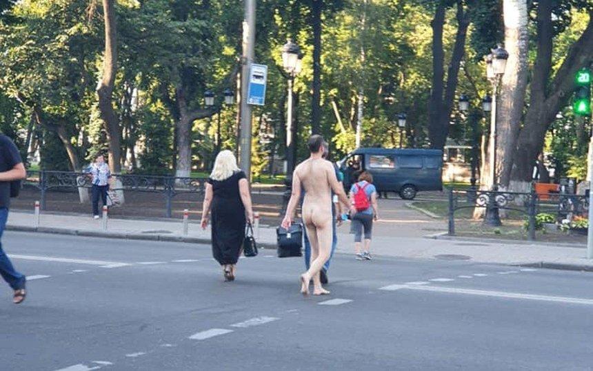 По центру Киева разгуливал голый мужчина