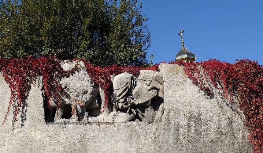 На Байковом кладбище начнут восстанавливать залитую бетоном Стену Памяти