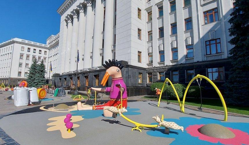 Под Офисом президента появилась детская площадка с фантастическими зверями