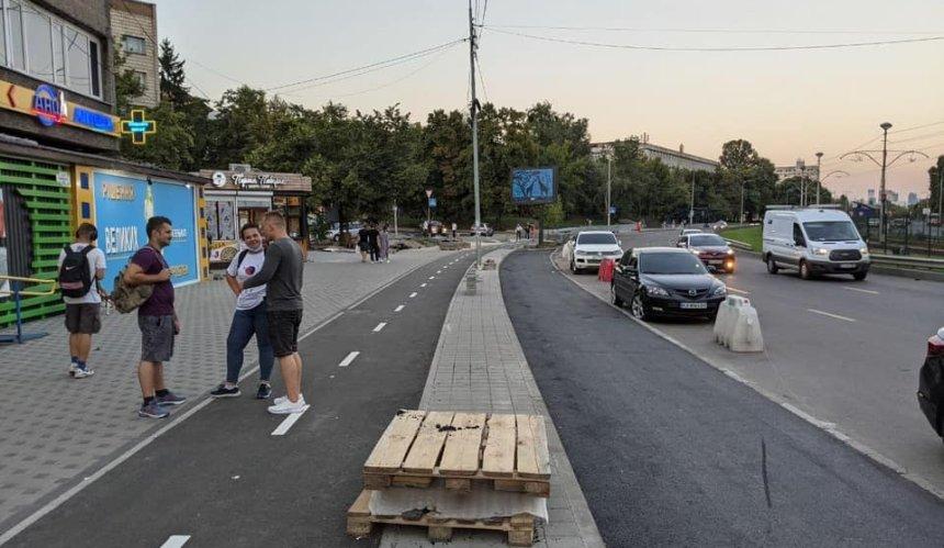 Наулице Борщаговской вместо общественного пространства построили парковку