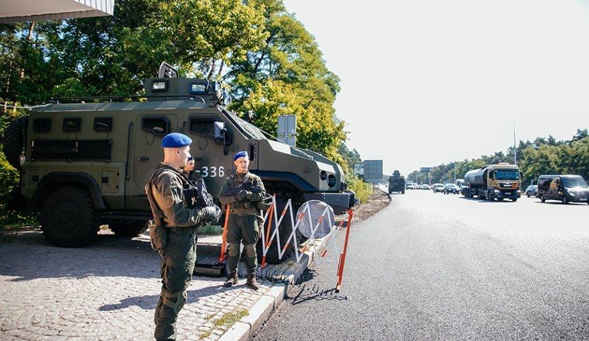 На некоторых въездах в Киев появились блокпосты с бронетехникой: причина