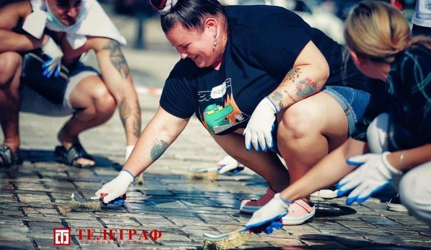 Дрифт на Софийской: активисты и Alyona Alyona отмывали площадь от следов шин