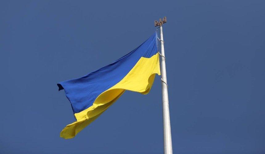 Над Киевом подняли самый большой флаг Украины