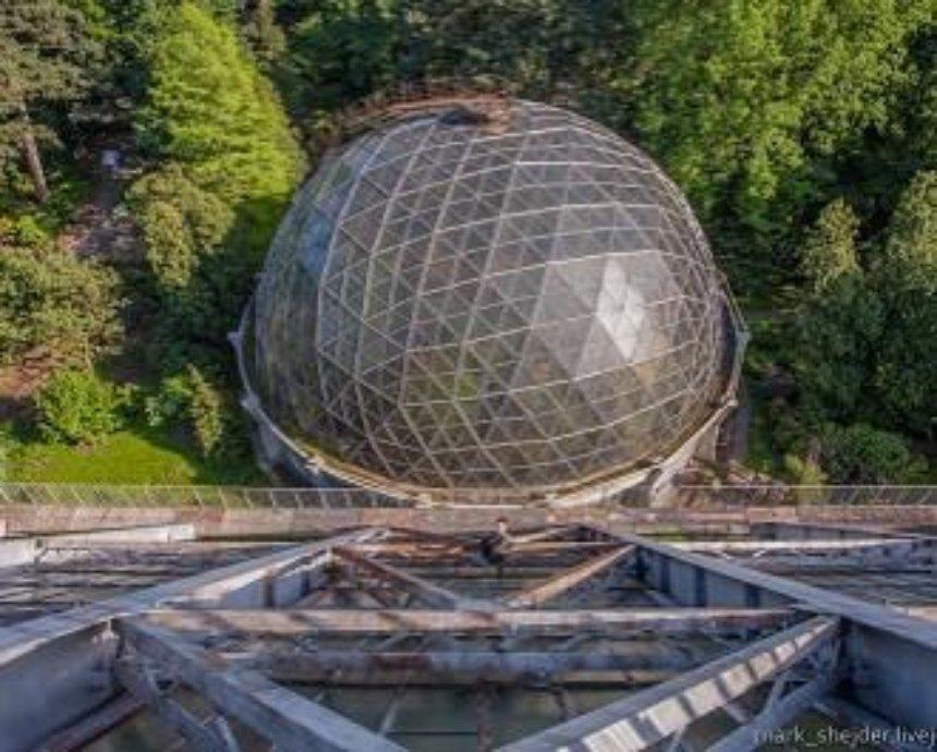 Стеклянный великан: уникальная 30-метровая оранжерея-климатрон