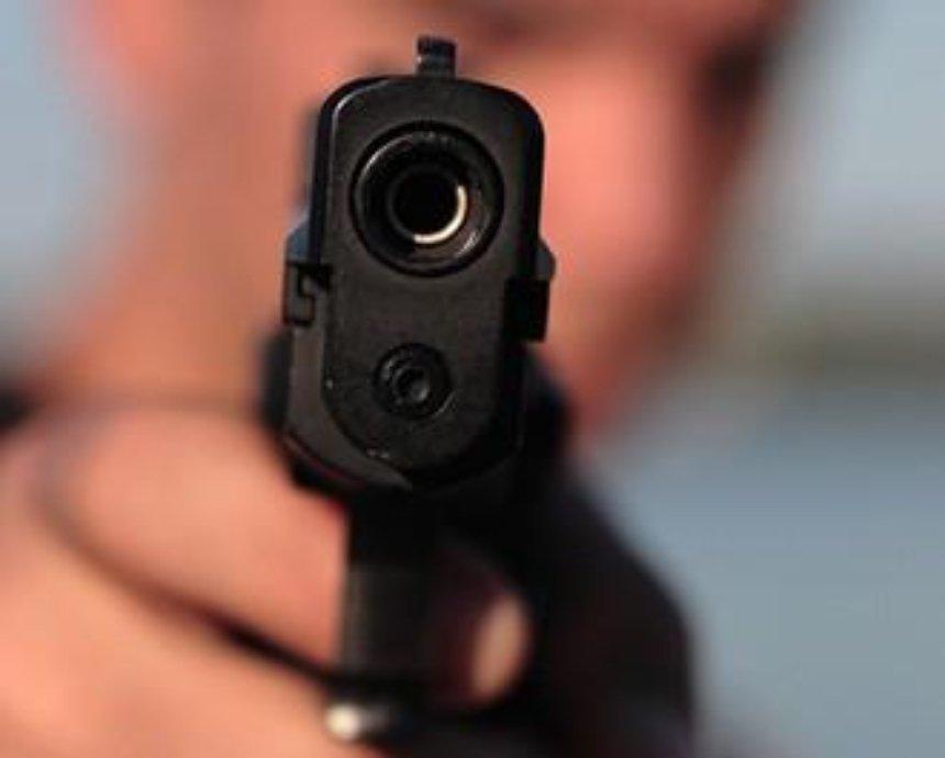 На Контрактовой площади мужчина угрожал прохожим оружием