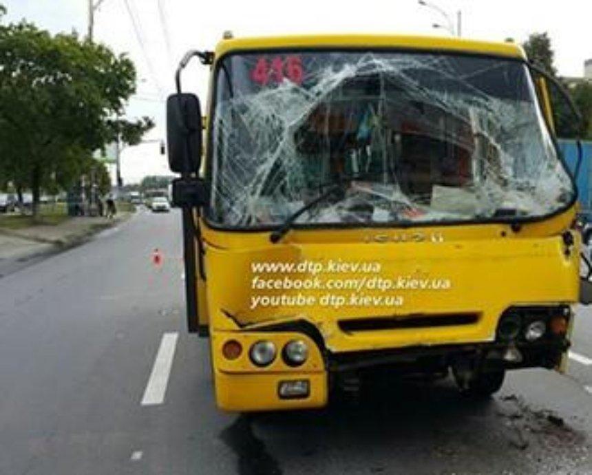 В Киеве водитель маршрутки врезался в грузовик (фото)