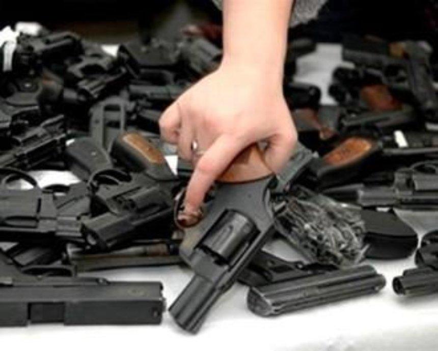 Киевлян призывают нести оружие в милицию