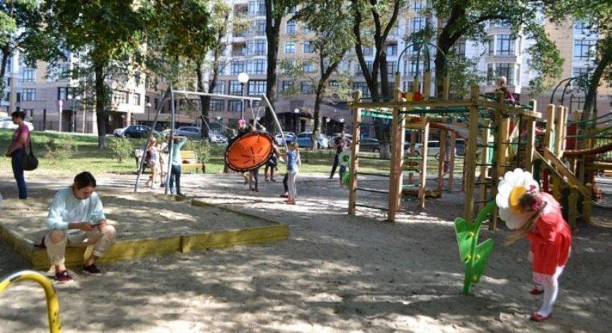 В Мариинском парке появились говорящие цветы и гнездо аиста (фото)