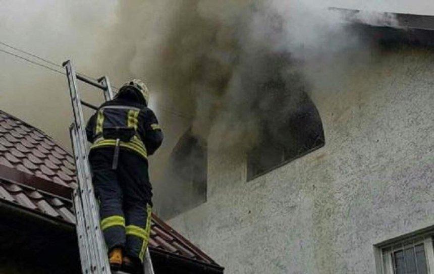 В Печерском районе горит дом (фото, видео)