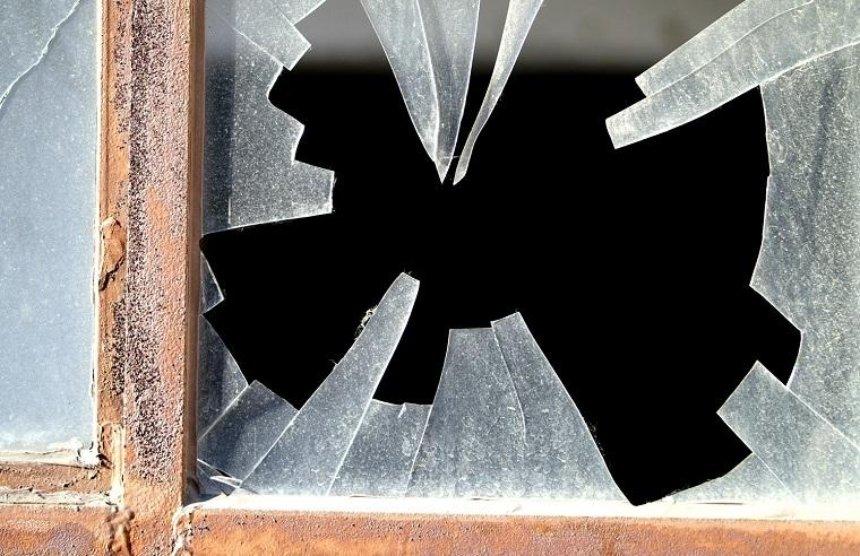 На Подоле неадекватный мужчина бил окна подъезда (видео)