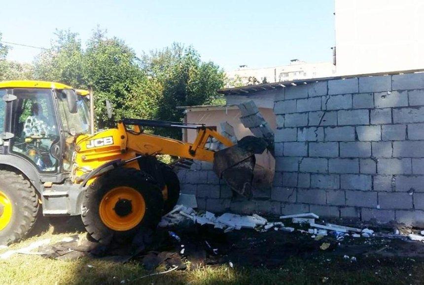 На Новобеличах демонтировали наливайку возле школы (фото)