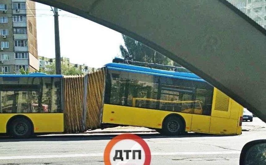 В Киеве на ходу развалился троллейбус