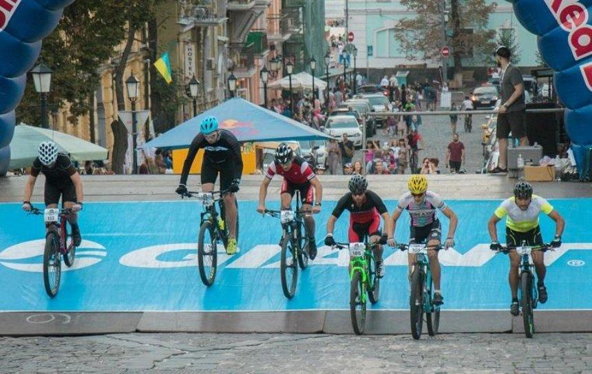 На Андреевском спуске соревновались велосипедисты (фото, видео)