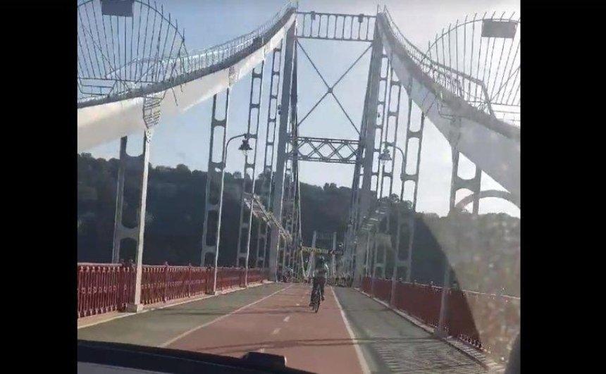 Двое парней похвастались поездкой по Пешеходному мосту на машине (видео)