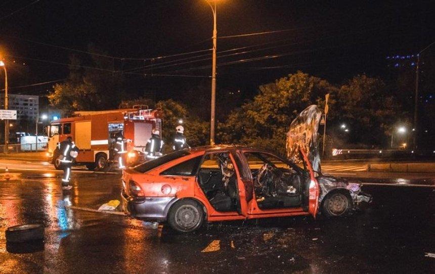 Автомобиль врезался в патрульную машину и сгорел (фото, видео)