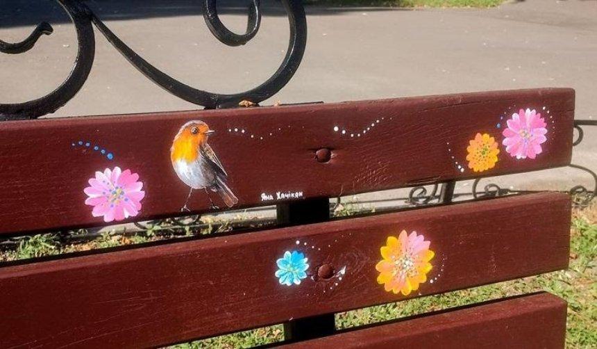 На скамейках еще одного парка появились миниатюрные птички (фото)