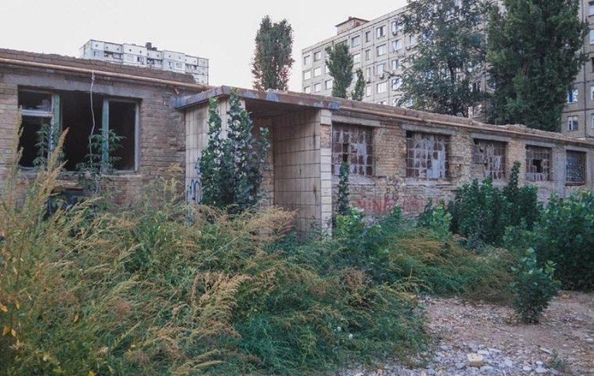 В Святошинском районе отремонтируют заброшенное здание