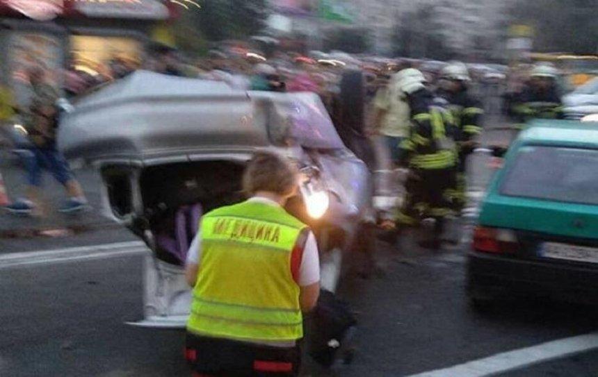 На Харьковском шоссе, уходя от погони, автомобиль спровоцировал аварию (фото)