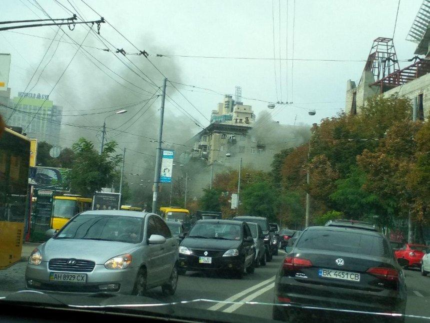 Все в дыму: наЛукьяновке загорелся ресторан «Ланселот» (фото) (обновлено)