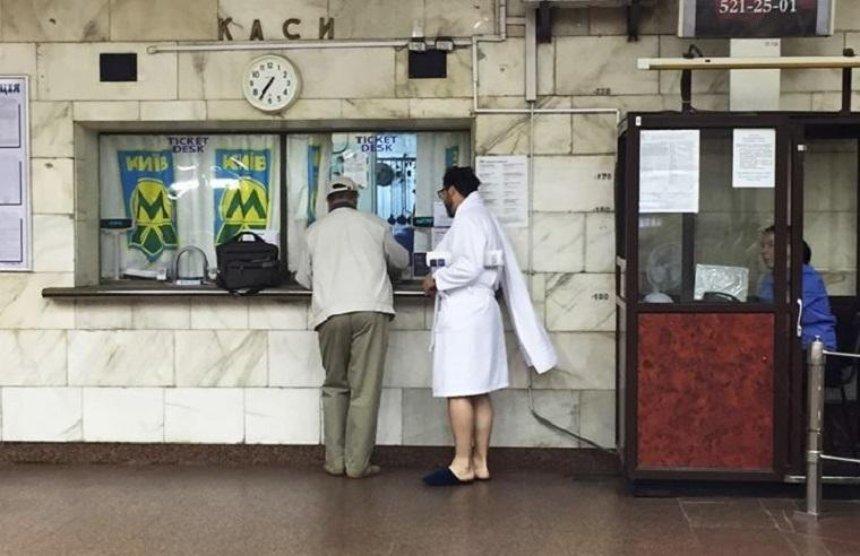 В столичном метро прокатились люди в халатах (фото)