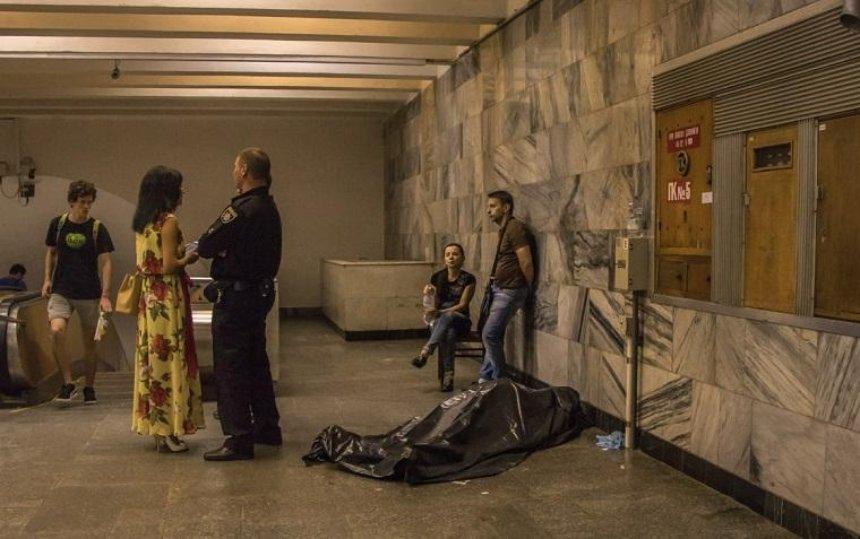 В киевском метро внезапно умер мужчина (фото)